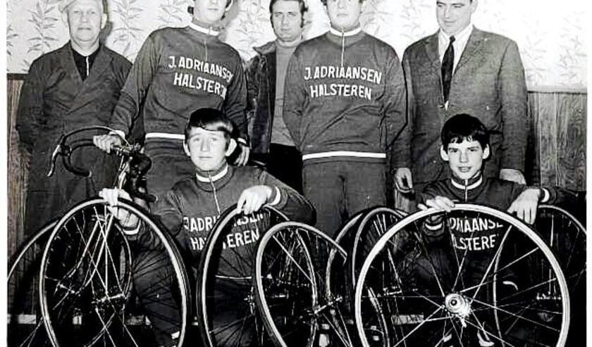 <p>Oude foto van supportersclub van wielerclub De Molen?</p>