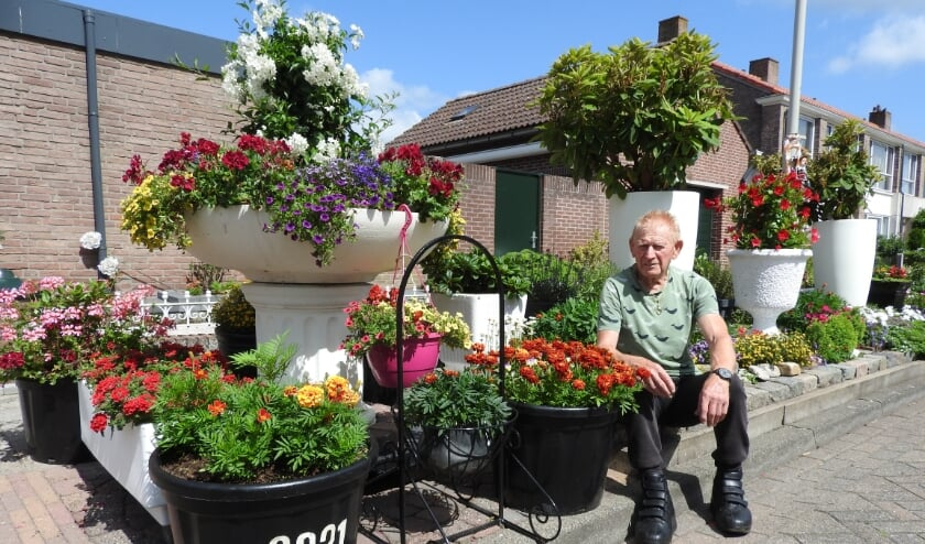 Theo van Meer tussen zijn bloemenpracht.