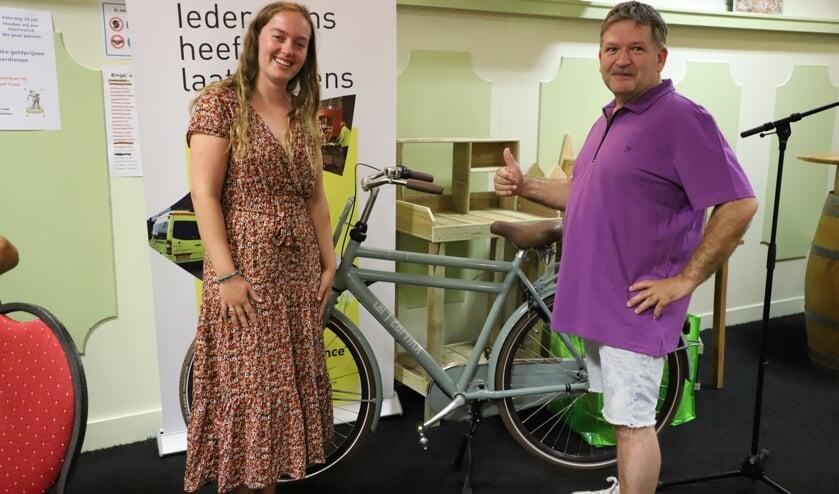 <p>Jessica de Kock reikt de hoofdprijs van het Tourspel uit aan Corné Langenberg van Binky's.</p>