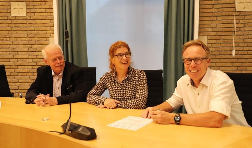 <p>Vrijwilliger Hans Schepers van het Taalpanel, Monique Swagemakers van het To-Taalhuis en wethouder Lars van der Beek bij de ondertekening van de Direct Duidelijk-deal.&nbsp; &nbsp;</p>