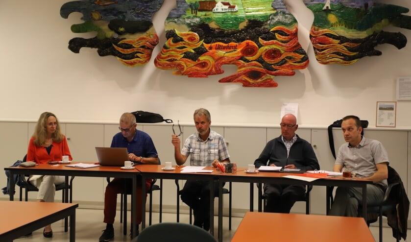 <p>Het bestuur van Dorpsraad Halsteren met Eugène van den Eijnden als interim voorzitter (midden).</p>