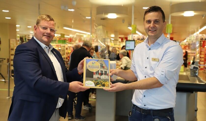 <p>Wethouder Patrick van der Velden krijgt uit handen van Rik Linssen het eerste exemplaar aangeboden van Historisch Halsteren & Lepelstraat.</p>