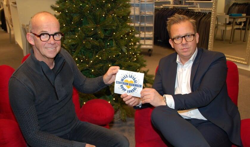 Jacques Smits overhandigt Martijn Jansen (rechts) de nieuwe sticker. (foto: Jos Gröniger, Tekstbureau Ootersom)