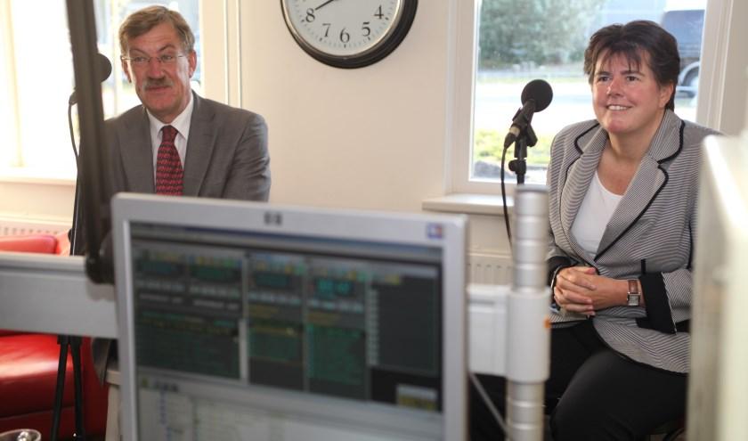 De beide burgemeesters Henk Hellegers en Ina Adema als gast in de studio van SkyLine RTV (Foto: Peter Kuijpers)