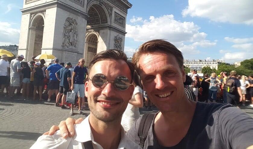 Adje v Etten (L) en Frank vd Nieuwenhuijzen (R) maken een selfie tijdens het optreden in Parijs.