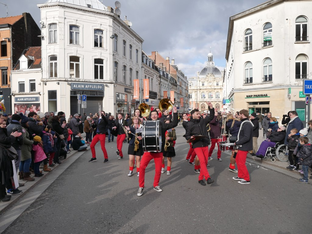 De Veghelse feestband dubent zet de Franse straten op zijn kop.  © Kliknieuws Veghel