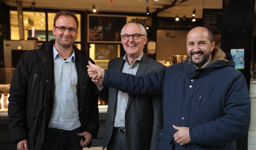 Menno Roozendaal wordt gesteund door Riny van Rinsum en Ahmet Marcouch (Foto: Peter Kuijpers).