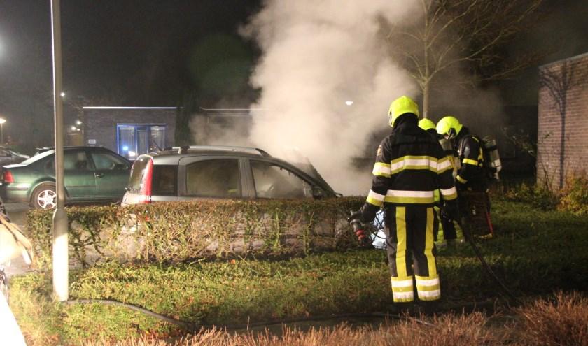 Auto brandt uit in Bergen. (foto: SK-Media)
