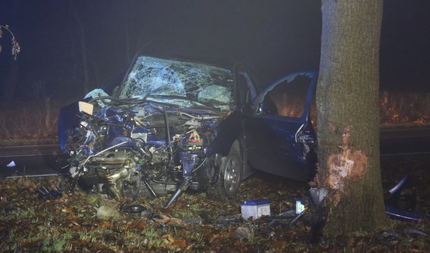 Automobilist zwaargewond na ongeval tegen boom. (Foto's : Maickel Keijzers / Hendriks multimedia)