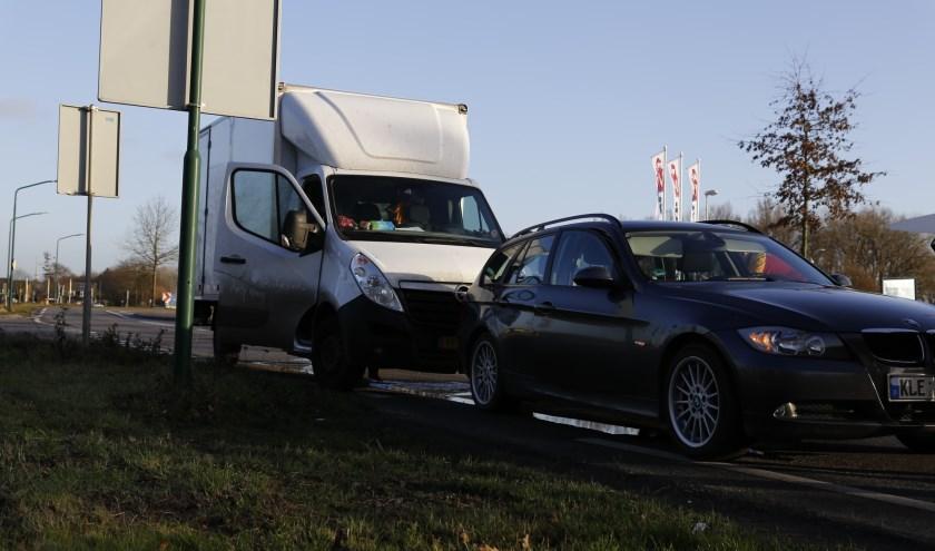 Vrachtauto botst op auto in Cuijk: geen gewonden, schade beperkt. (foto: SK-Media)