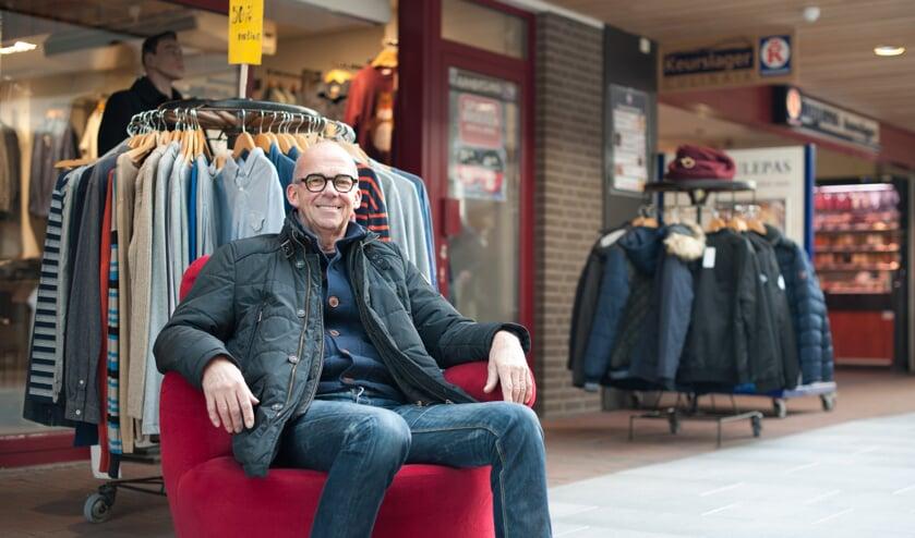 Voorzitter Jacques Smits van Centrummanagement Boxmeer op de kenmerkende rode stoel. (foto: Patricia de Ryck)