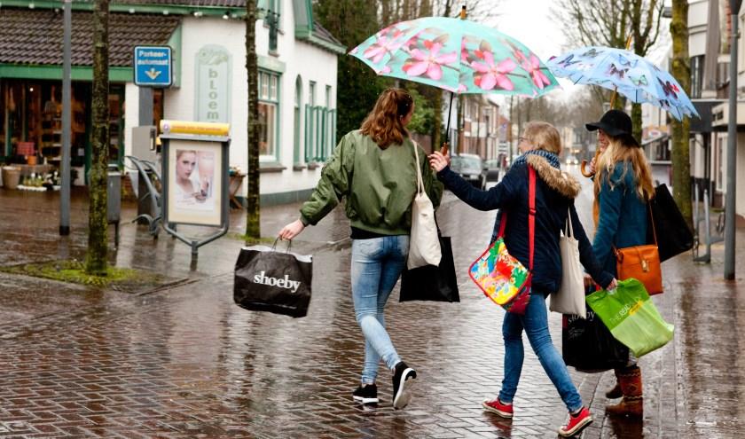 Onder meer succesverhalen moeten het winkelend publiek naar Cuijk lokken. (archieffoto: Diana Derks)
