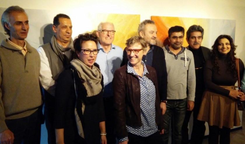 Riny van Rinsum, Francesca Verwegen en Aafke Steenhuis met de deelnemende kunstenaars.