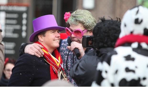 Burgemeester Adema aan de tand gevoeld door de reporter van de Promillikantjes  © Kliknieuws Veghel