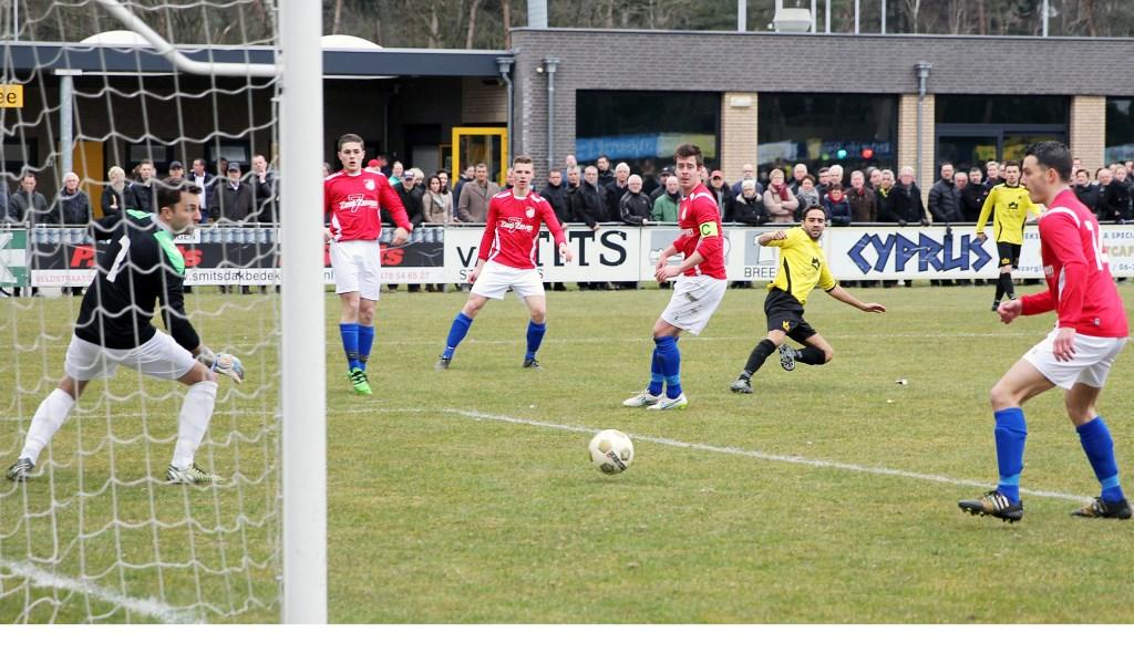 Bas Joosten (SSS'18) ziet zijn inzet net voorlangs gaan. (foto: Henk Henckens)  © Kliknieuws De Maas Driehoek
