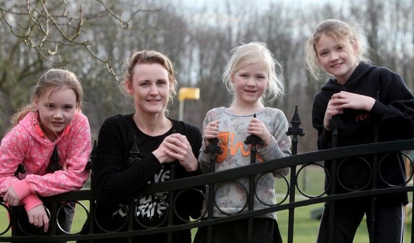 Monique van de Ven met haar korfballende dochters (Foto: Peter Kuijpers)