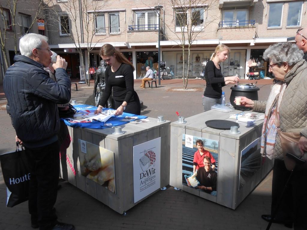 Een gratis kopje aspergesoep op het Molenwiekenplein.   © Kliknieuws Veghel