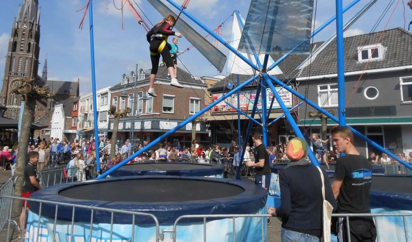 Bungeejumpen op een trampoline op de markt.