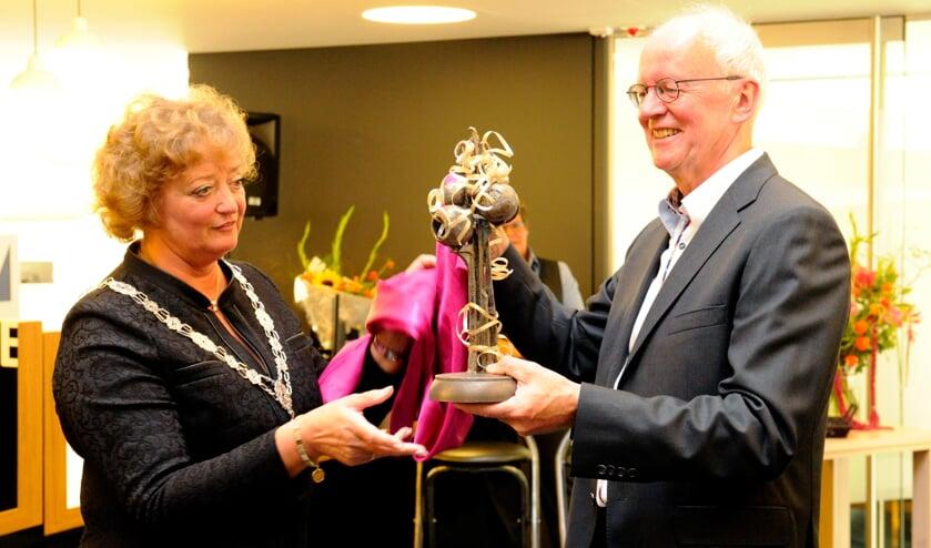 Ben Buiting ontving het Fonteintje bij zijn afscheid. (foto: Ingrid Driessen)