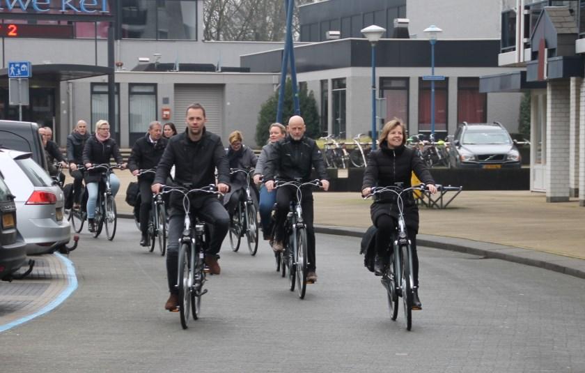 Marijke Wilms (rechtsvoor) probeert de elektrische fiets meteen uit.