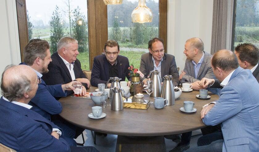 Aan tafel: Peter van Tilburg, Frank de Winter, Leonard Steetsel, Marien Nass, Alfred van Meegen en Willem Peters, Paul Kling en John Eijsermans. Vaste deelnemer Pascale van Heugten was afwezig.