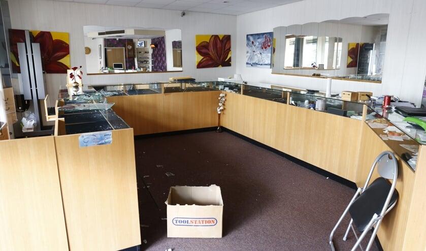Ravage bij juwelier in Gennep waar ingebroken is, is goed zichtbaar. (foto: SK-Media)