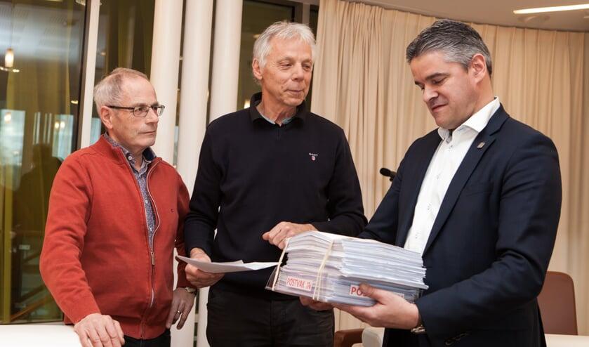 Harry Cruijsen en Gerard Beckers hebben bijna 1.600 handtekeningen overhandigd aan wethouder Erik Daandels. (foto: Diana Derks)
