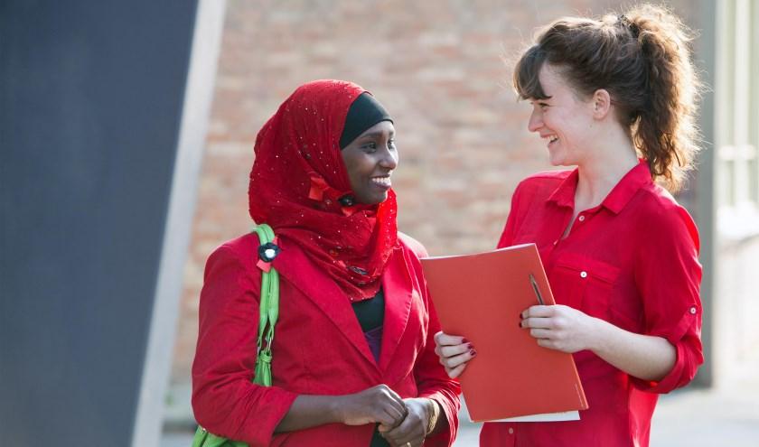 Vluchtelingen worden in Nederland onder meer ondersteund door vrijwilligers van VluchtelingenWerk.