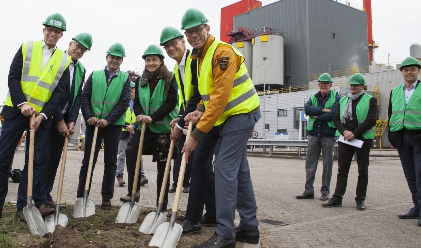 Op industrieterrein Haven Cuijk wordt een stroom- en warmwaternet aangelegd. De Brabantse gedeputeerde Anne-Marie Spierings (vierde van links) deed vrijdag de eerste schop in de grond in. (foto: Diana Derks)