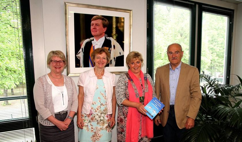 Overhandiging van het boek 'Herziening van het stelsel van ouderenzorg' door Henk Geene aan het college van B en W van Sint Anthonis. (foto: Tunnis.nl)