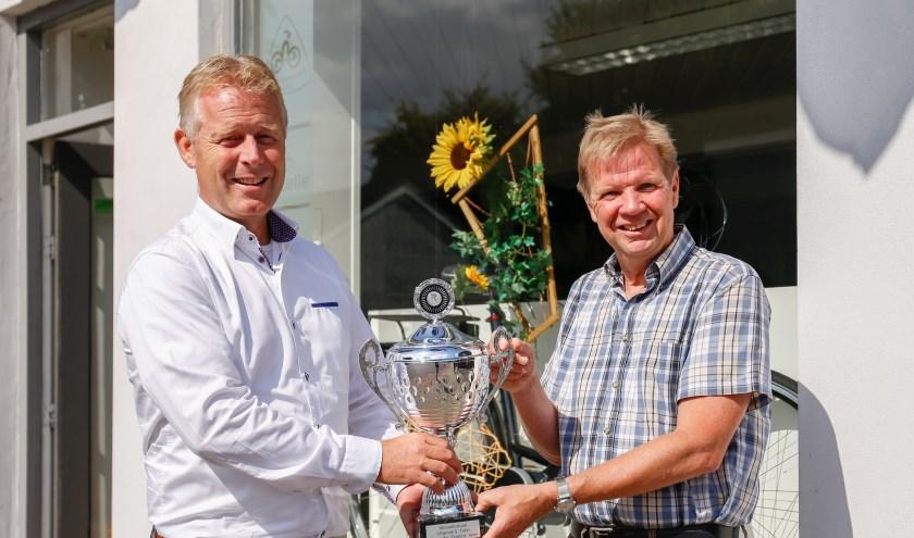 Tom van Lieshout (rechts) ontvangt de prijs uit handen van Jeroen van der Horst (links).