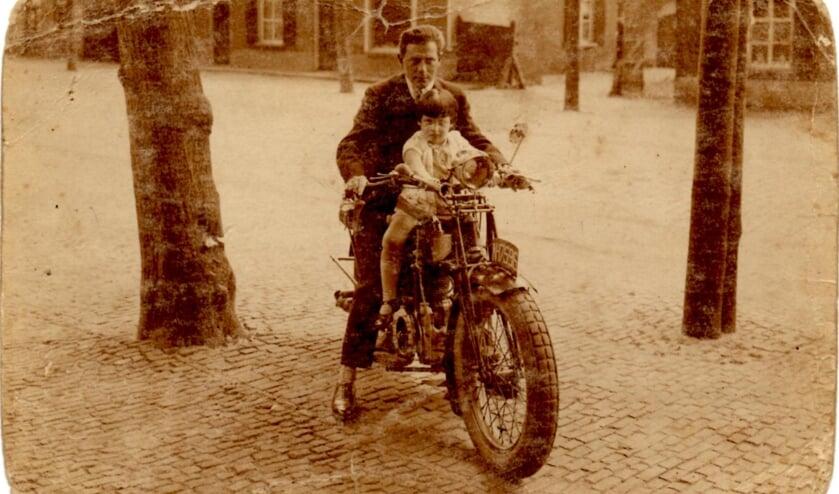 David van Zwanenbergh met zijn dochtertje Betty, rond 1928 in de Marktstraat in Uden (Foto: uit de privécollectie van de familie Stronkhorst, de kinderen van Betty)