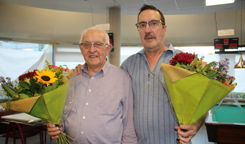 De winnaars van het Regio Bandstoottoernooi voor mindervaliden: winnaar B-poule Jo Straatman, rechts winnaar A-poule John v/d Zanden