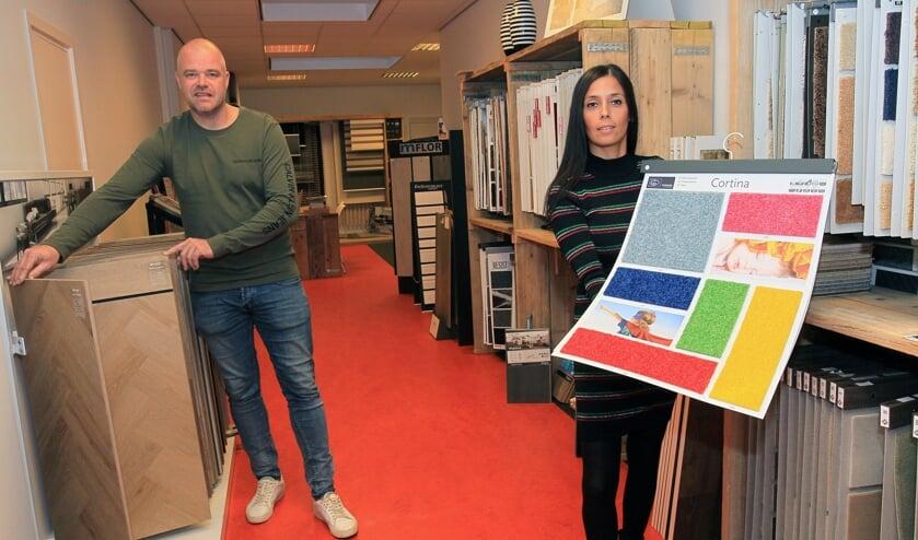 <p>Mark Konings en zijn vrouw in de Kruisstraat. Binnenkort gaat dit pand dicht en opent Konings Vloeren in Berghem. (Foto: Hans van der Poel)</p>