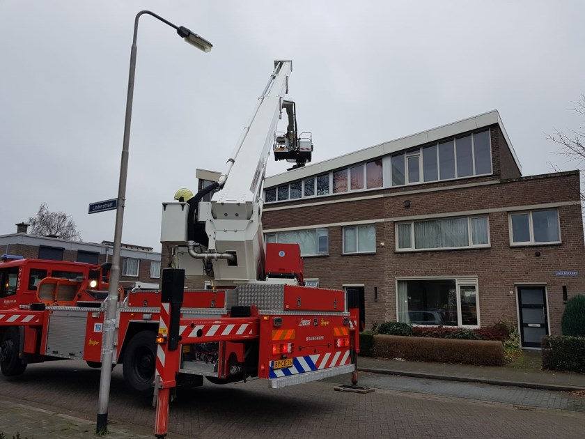 Brandweer blust schoorsteenstraat in Lindenstraat