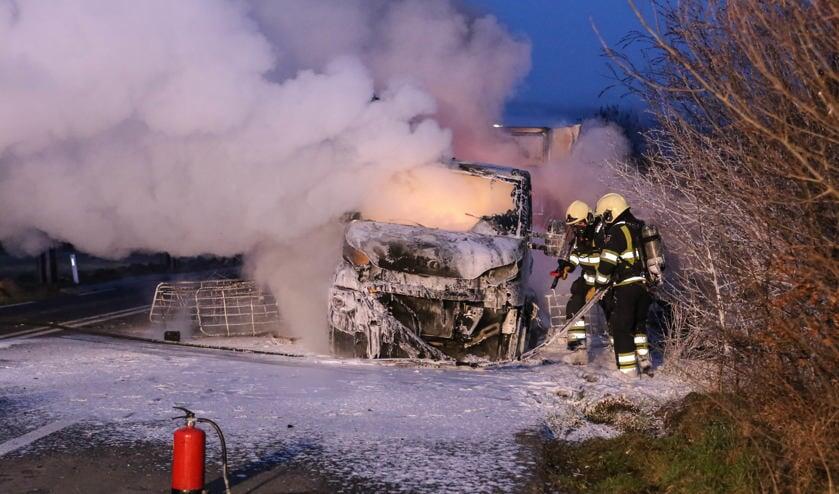 De vrachtwagen ging in vlammen op ( Foto's : Maickel Keijzers / Hendriks Multimedia )