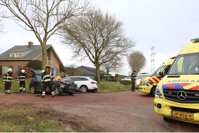 Ongeval tussen twee auto's op Geffense kruising. (Foto: Maickel Keijzers / Hendriks Multimedia)