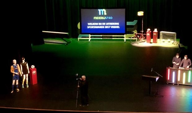 De winnaars worden gehuldigd in de nieuwe theaterzaal van De Blauwe Kei.  © Kliknieuws Veghel