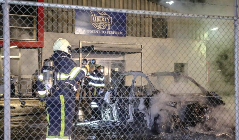 De personenauto branden volledig uit ( Foto's : Maickel Keijzers / Hendriks Multimedia )