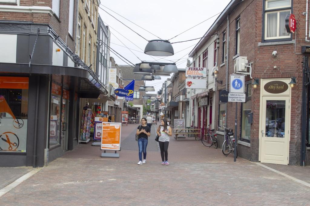 De Kalverstraat heeft nu te kampen met veel leegstand. Daar moet volgens de nieuwe cemtrummanager verandering in komen.  © Kliknieuws Veghel