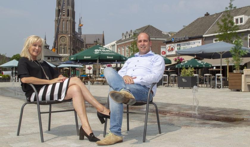 Esther en Dirk op de Markt in Veghel, vanaf 1 juli vormen zij het centrummanagement (foto: Ad van de Graaf).