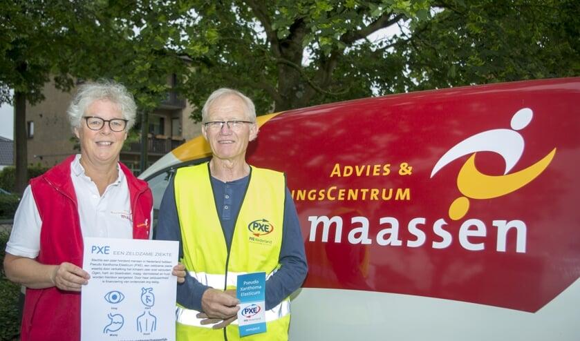 Lotje Maassen en Dirk Krul helpen Vierdaagselopers voor het goede doel. (foto: Paul van Doorn)