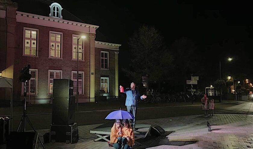 Wethouder Harry van Rooijen opent de Markt met een gieter.