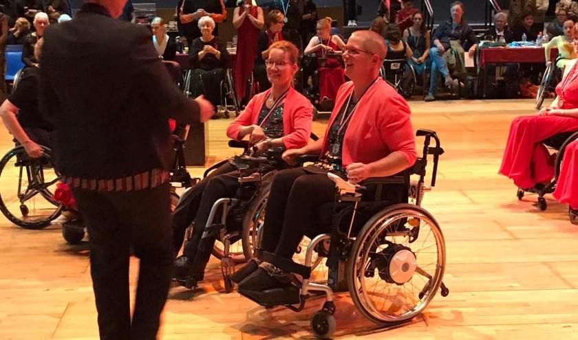 Silvia Manders en Anke van Lanen tijdens de prijsuitreiking.