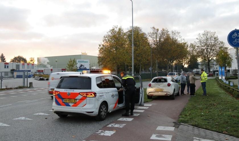 Vrachtauto botst achterop auto op rotonde in Boxmeer.