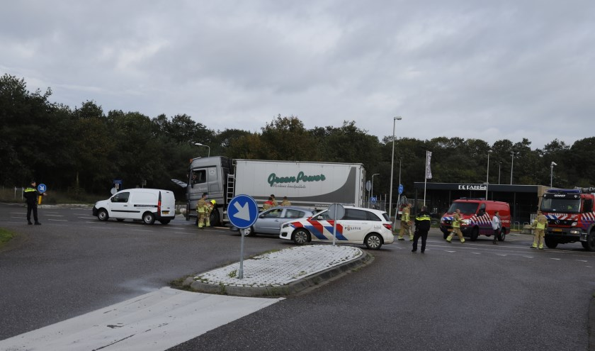 Motor vrachtwagen ploft in Heijen, oliespoor op de weg.