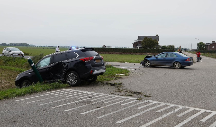Auto's botsen op beruchte kruising Gewandeweg / Huizenbeemdweg. (Foto: Gabor Heeres / Foto Mallo)