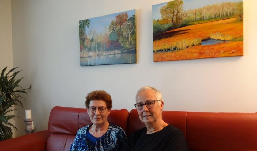 Leni van Hoeij en Hanny Verhoeff met op de achtergrond werk van Leni (foto: Ankh van Burk)