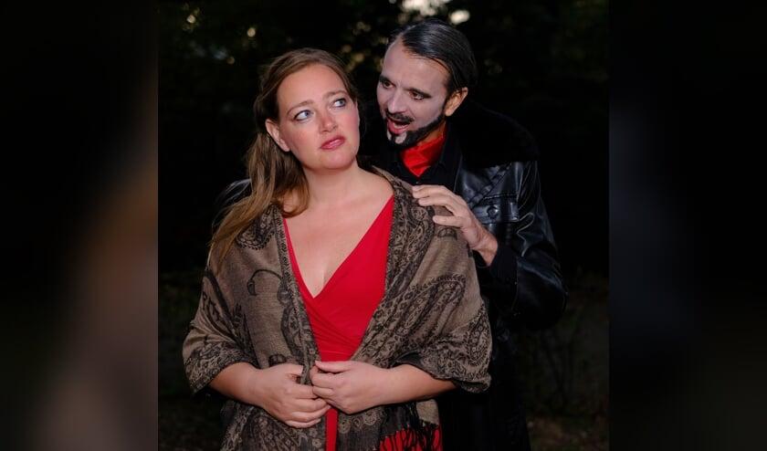 Hoofdrolspelers Eefje van Waes en Roan Raymakers als Elena en de Duivelse Handelaar.