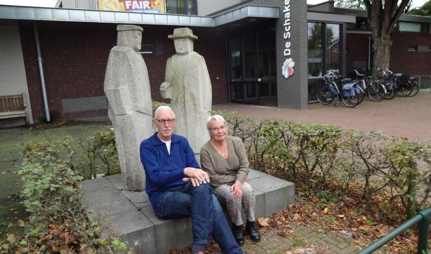 Henk van Erp en Els Peeters voor De Schakel. (foto: Ankh van Burk)